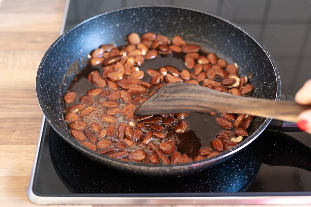 mandeln mit zucker einkochen lassen