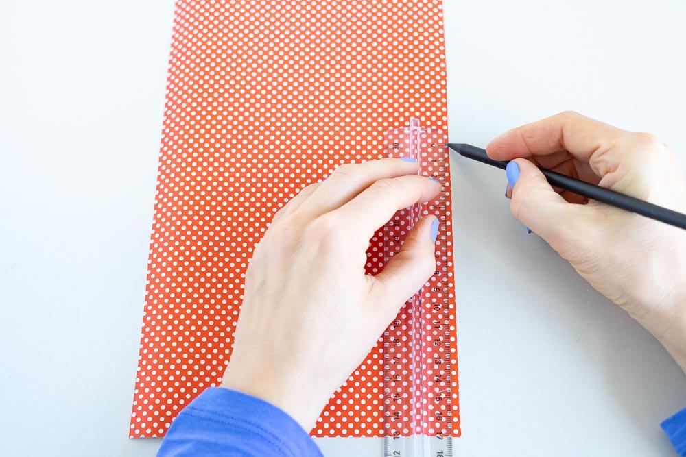 quadrate aus geschenkpapier schneiden